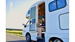 町役場の駐車場でドライブインシアター、車中泊や着地型プログラムで地域活性化推進、凸版印刷と埼玉県川島村が実証実験