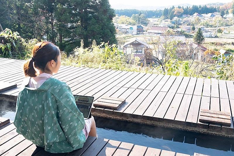 福島県熱塩温泉がワーケーション客呼び込みへ、グッズ貸し出しを開始