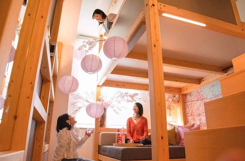 星野リゾート、OMO5東京大塚で「夜通し居酒屋お花見プラン」、客室を桜で飾り付け、飲み放題を提供