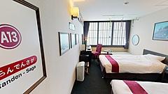 京都タワーホテル、嵐電車両のつり革や座席がインテリアの特別客室、1日1室限定で発売