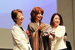 日本作家協会の「第1回兼高かおる賞」、「テルマエ・ロマエ」のヤマザキマリさんが受賞、若者に「ネガティブな部分も旅の醍醐味」
