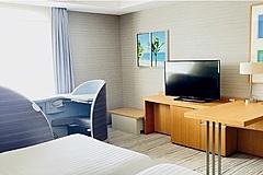 ホテル客室でファーストクラス座席に座って疑似旅行、4K撮影された風景を窓に、羽田エクセルホテル東急が新宿泊プラン