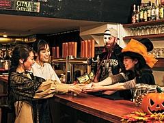 OMO東京大塚、ハロウィン期間に「大塚はしご酒」イベント、お菓子の代わりに「おつまみ」集める街めぐり