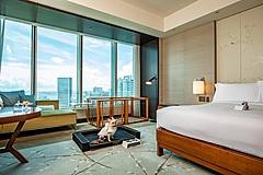 コンラッド東京、愛犬と泊まる宿泊プランを提供、ペット専用のベットやバスローブ、ルームサービスも